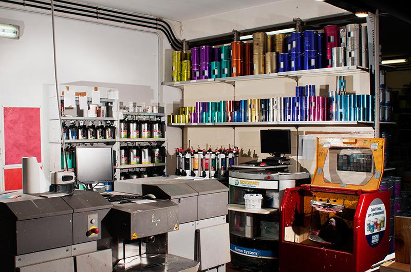 Tintometro per la preparazione di colori specifici. Servizio disponibile presso la ferramenta Colori Sezzi a Latina.